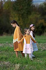 Detské oblečenie - Horčicové šaty s ušatým zajkom - 12554911_