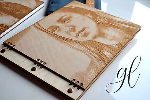 Fotokniha s drevenou gravírovanou obálkou