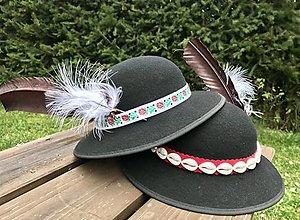 Čiapky - Ľudový (folklórny) klobúk s pierkom - 12575737_