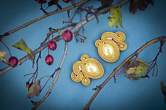 Náušnice - Zlatá Mona - ručne šité šujtášové náušnice - 12579055_