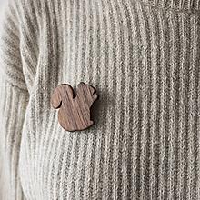 Odznaky/Brošne - Drevená brošňa veverička - 12579537_