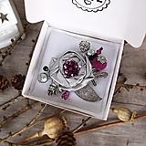 Odznaky/Brošne - Art brošňa - ruža fialová, srdiečko, strieborná - 12585617_