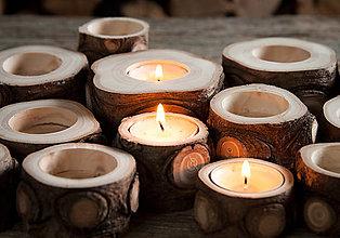 Svietidlá a sviečky - Okatý drevený svietnik prírodný - 12584007_
