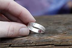 Prstene - Kovaný matný strieborný snubné či len tak - 12590232_