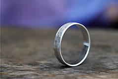 Prstene - Kovaný matný strieborný snubné či len tak - 12590233_