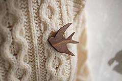 Odznaky/Brošne - Drevená brošňa vtáčik - 12598433_