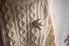 Odznaky/Brošne - Drevená brošňa vtáčik - 12598434_