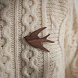 Odznaky/Brošne - Drevená brošňa vtáčik - 12598439_