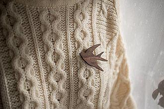 Odznaky/Brošne - Drevená brošňa vtáčik - 12598422_