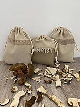 Úžitkový textil - Vrecúško na bylinky alebo huby z ľanového plátna s bavlnenou krajkou - 12595594_