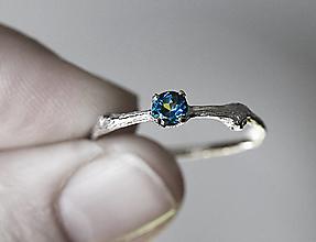 Prstene - Vetvičkový s tmavomodrým topazom v bielom zlate - 12612954_