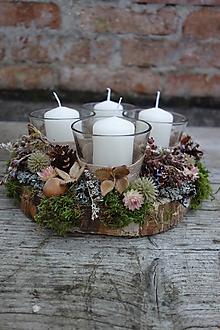 Svietidlá a sviečky - Prírodný adventný svietnik na okrúhlom dreve , zeleno biely - 12615617_