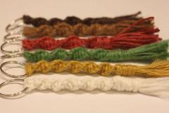 Kľúčenky - Farebné makramé kľúčenky pre celú rodinu - 12618185_