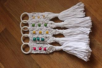 Kľúčenky - Biela makramé kľúčenka  s korálkami - 12584396_