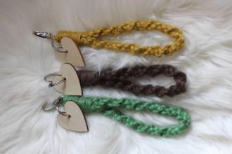 Kľúčenky - Handmade macrame kľúčenka s náramkom a srdiečkom - 12584621_