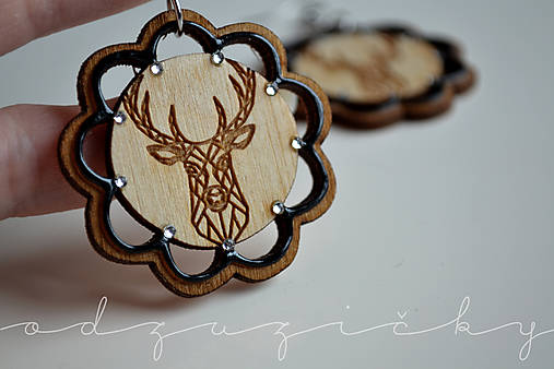 Drevené jelene náušnice v kvete Odzuzičky (Čierna)