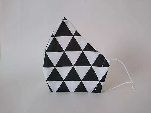 Dizajnové rúško trojuholníky ČB tvarované dvojvrstvové