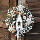 Dekorácie - Vianočný veniec s domčekom - 12626055_