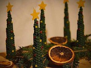 Svietidlá a sviečky - Sviečka zo včelieho vosku - vianočný stromček - 12621321_