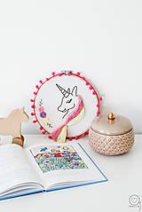 Detské doplnky - Vyšívaná dekorácia JEDNOROŽEC - 12622389_