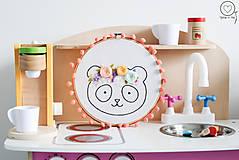 Detské doplnky - Vyšívaná dekorácia PANDA - 12622522_