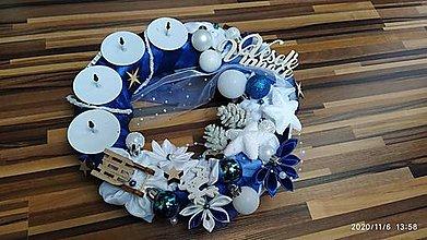 Dekorácie - Modrý adventný venček  so sankami - 12642580_