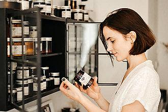 Svietidlá a sviečky - Sójová svíčka M - LEVANDULE-PAČULE - 12638527_