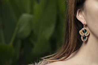 Náušnice - Sviatočné trblietky - zlato-šmaragdové - soutache earring - ručne šité šujtášové náušnice - 12646417_