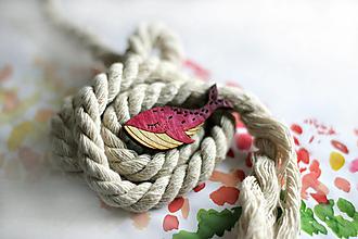 Odznaky/Brošne - Drevená maľovaná brošňa Veľryba (Ružová) - 12644070_