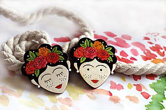 Odznaky/Brošne - Drevená maľovaná brošňa To Dievča s ružami vo vlasoch - 12644128_