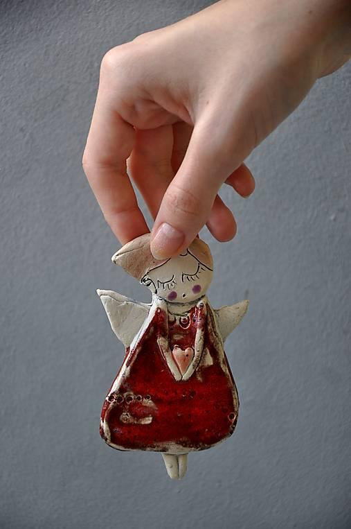 Anjel na zavesenie so srdiečkom červený