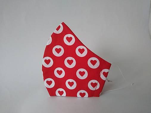 Dizajnové rúško so srdiečkami červené tvarované dvojvrstvové