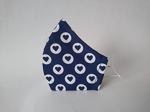 Dizajnové rúško so srdiečkami modré tvarované dvojvrstvové