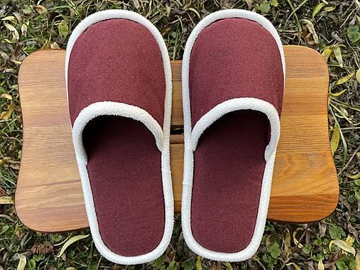 Bordové papuče s bielym lemom