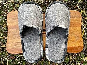 Obuv - Šedé poťahovkové papuče s čiernobielym lemom - 12662119_
