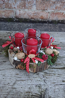 Svietidlá a sviečky - Adventný prírodný okrúhly svietnik s červenými sviečkami - 12668214_