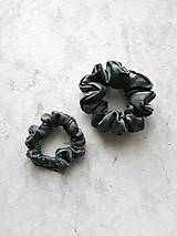 """Ozdoby do vlasov - Set 2 hodvábnych gumičiek do vlasov, na ruku - """"Čierno-sivé"""" - 12666867_"""