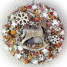 Dekorácie - Vánoční věnec - Dřevěný koník - 12672272_