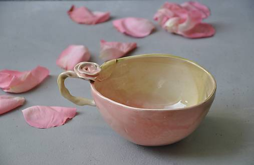 Šálka slaboružovo-zelená  s ružou