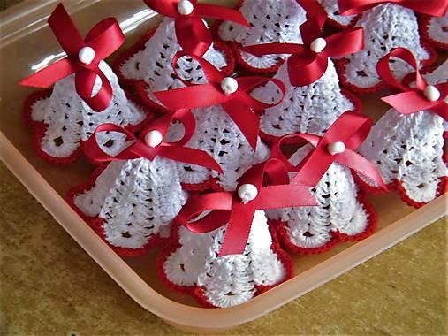 Háčkované zvončeky s červenou mašľou