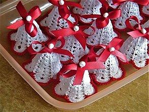 Dekorácie - Háčkované zvončeky s červenou mašľou - 12672176_