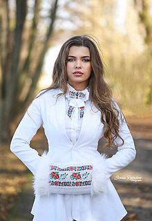 Náhrdelníky - Folk brošňa/ dámsky motýlik (biela folk spona) - 12672401_