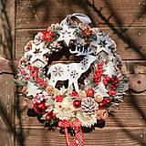 Dekorácie - Vianočný veniec na dvere so sobíkom - 12676650_