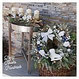 Dekorácie - Vianocny zasnezeny veniec biela modrá zlatá - 12676848_