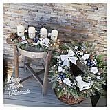 Dekorácie - Vianocny zasnezeny veniec biela modrá zlatá - 12676849_
