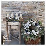 Dekorácie - Vianocny zasnezeny veniec biela modrá zlatá - 12676851_