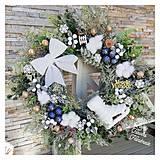 Dekorácie - Vianocny zasnezeny veniec biela modrá zlatá - 12676852_