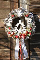 Dekorácie - Vianočný veniec na dvere so stromčekom - 12676974_