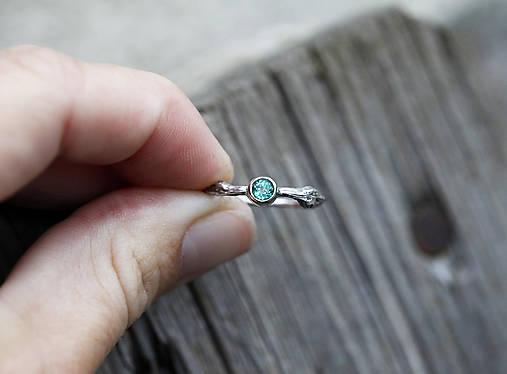 Prstene - Vetvičkový s prírodným smaragdom v zlate - 12681964_
