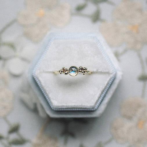Zlatý prsteň s mesačným kameňom - Bokeh Gold Moon
